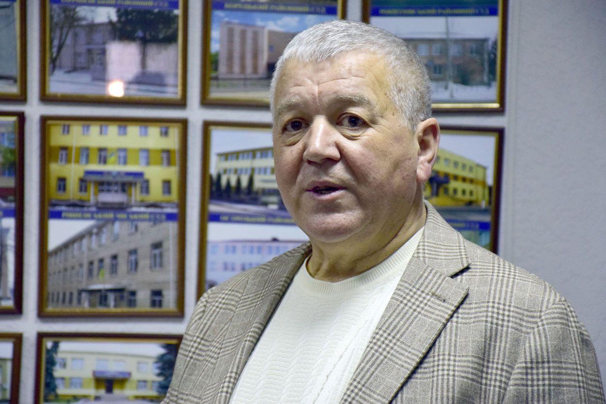 """Результат пошуку зображень за запитом """"Те, що українські судді живуть не бідно, а їхні найближчі родичі зазвичай є напрочуд «вдалими бізнесменами», відомо усім і давно. Проте не тільки вони. Не став винятком і Віктор Вдовиченко, начальник обласного управління Державної судової адміністрації, у будинках якого на Грабнику та у Колоденці нещодавно провели обшуки. Начальник, який відповідає за утримання 18 місцевих судів на Рівненщині, живе настільки заможно, що не знає, скільки грошей є у нього вдома. Нічого, слідчі підрахують."""""""