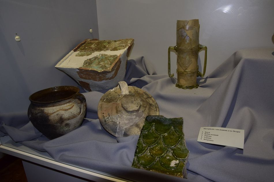 Віднайдені на Острожчині фрагменти посуду та плитки