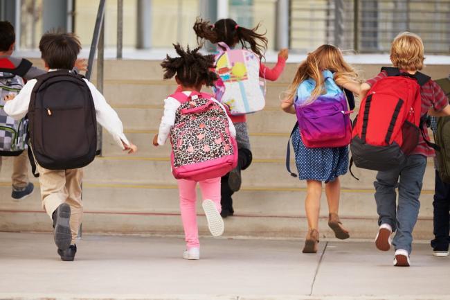 Благодійники збирають шкільні рюкзаки дітям-першокласникам ...