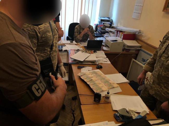 Працівника військкомату, затриманого на хабарі, взяли під домашній арешт