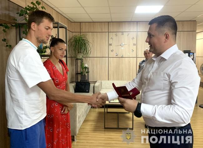 У поліції переглянули особову справу срібного призера Олімпіади в Токіо Михайла Романчука і вручили відзнаку