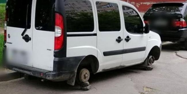 У Рівному злодії знімають колеса з припаркованих авто