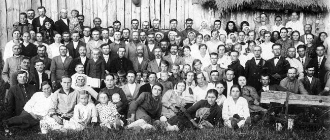 Релігійна громада в селі Боголюби, по центру Стефан Бохонюк