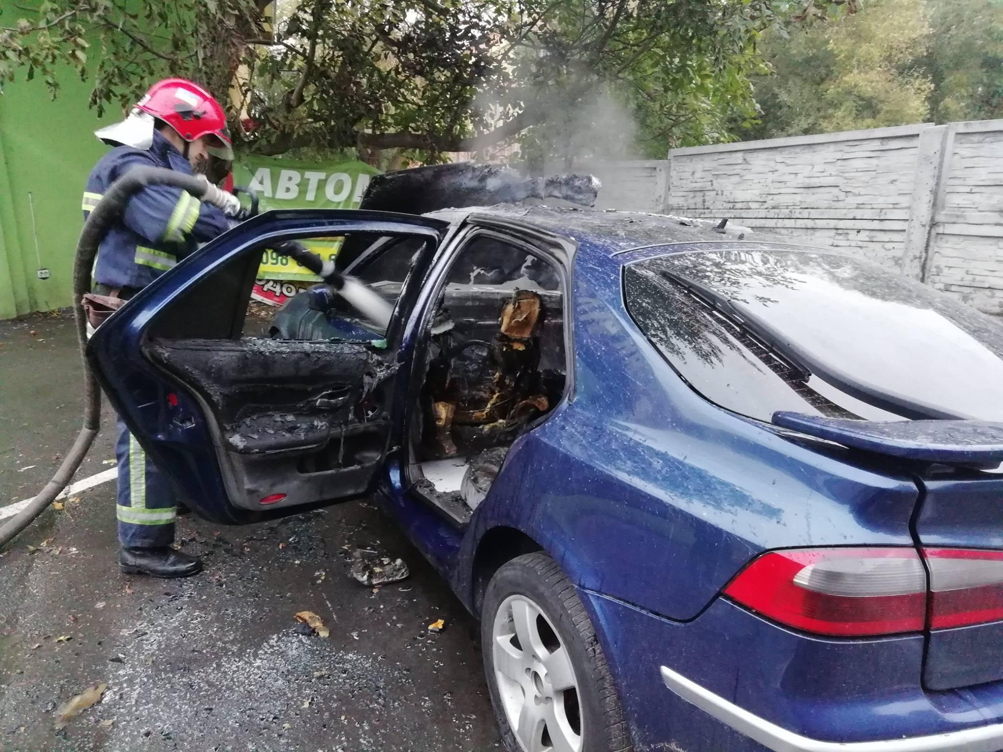 В Івано-Франківській області горіло авто «на бляхах»