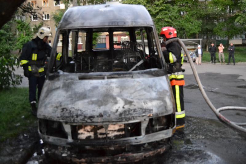 В передмісті Івано-франківська загорівся мікроавтобус «мерседес», який прямував із «Буковелю» до столиці Білорусі